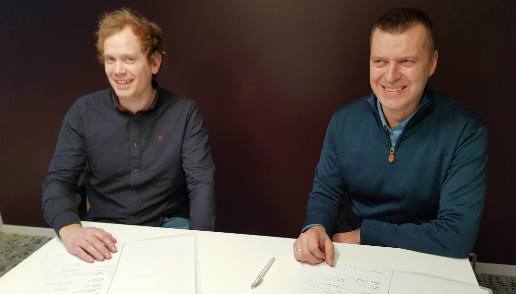 Kontrakten ble undertegnet fredag 5. mars. Styreleder Asbjørn Opdal i Leangentravets Eiendom til venstre og daglig leder Jan Erik Holten i Solberg Maskin.