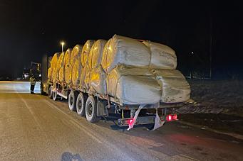 Kjørte med 40 tonn totalvekt uten bremser på tralla - og uten gyldig førerkort