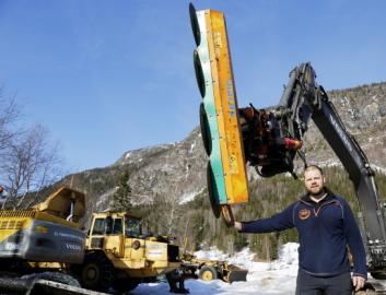 SAGEN: Daglig leder Ole Vegar Nørstebø med greinsagen, her på en beltegraver ettersom hjulgraveren var ute på jobb. Foto: Klaus Eriksen