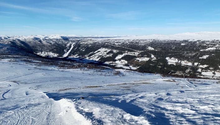 MYE VEI: Entreprenøren har bygget skitrasé fra her bildet et tatt og over til den andre bakken (til venstre). Nå bygges trasé tilbake fra toppen på skibakken på andre siden. Foto: Klaus Eriksen
