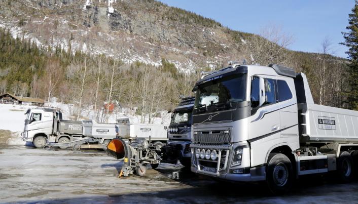 SØLVGRÅ: Sølvgrå maskiner og lastebiler er blitt litt av merkevaren til entreprenøren. Foto: Klaus Eriksen