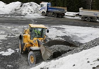 HENTER: En rekke andre biler kommer for å hente stein på Svene Pukkverk. Her en bil fra Lars Haga AS. Foto: Klaus Eriksen