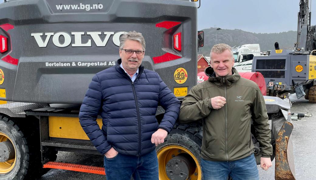 Daglig leder Øyvind Langemyr i B&G (t.v.) og distriktssjef Tor Anders Skjæveland i Volvo Maskin undertegnet den store avtalen.