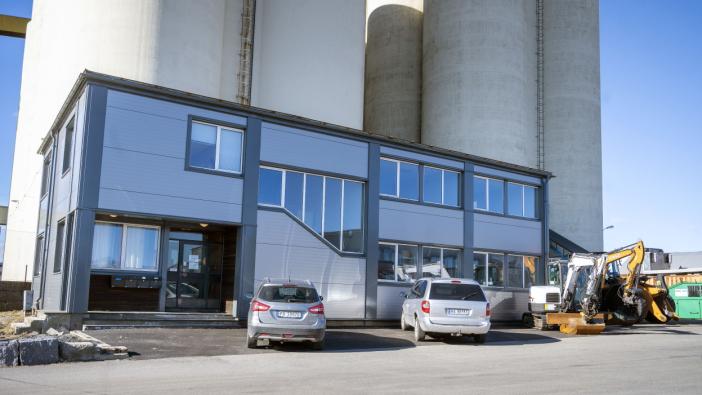 SENTRALT: Bygget Dagenborg & Kjærsgaard har flyttet inn i er nede på havna i Larvik.