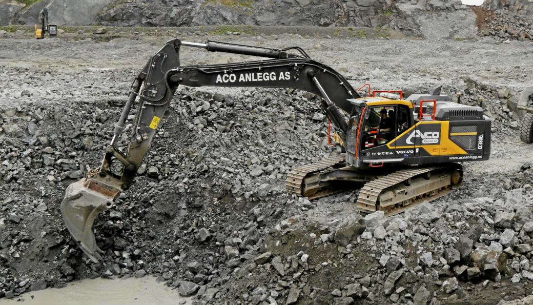 ACO Anlegg skal etter planen bygge nytt forbikjøringsfelt på E39 Ørskogfjellet. Bildet er fra juni 2020 da ACO Anlegg utførte grunnarbeider på Fræna i forbindelse med bygging av oppdrettsanlegg.