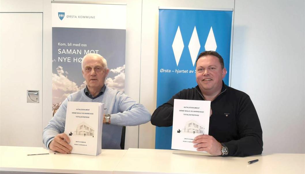 Kontrakt signert for bygging av Sæbø skule og barnehage. Til venstre Stein Aam, ordfører Ørsta kommune og adm. direktør i Peab K. Nordang, Kjetil Nordang.