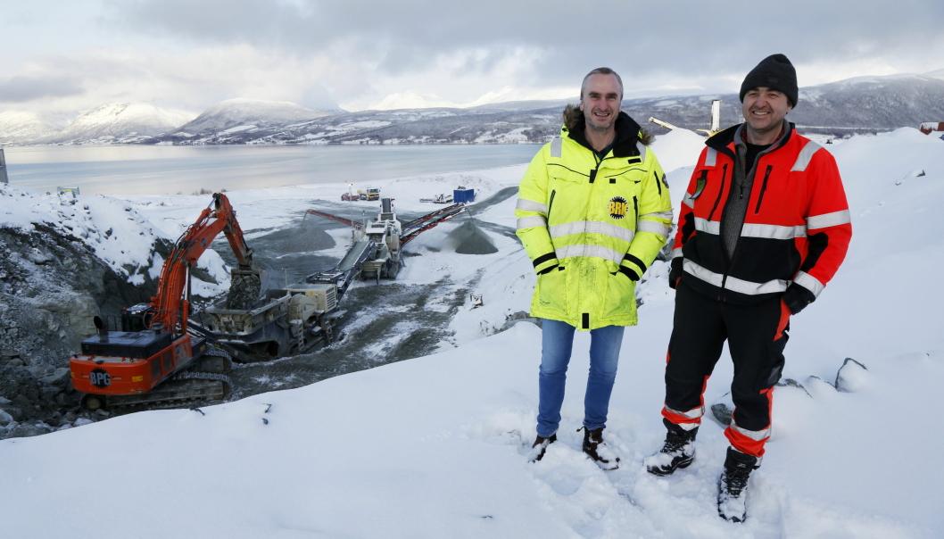 FULL FART: Nå er det full fart på produksjonen bak daglig leder Ernst Vidar Hanssen (t.v.) og driftssjef Jar Are Karlsen, men det har vært et krevende år for Bergneset Pukk & Grus AS i Storsteinnes i Troms. Foto: Klaus Eriksen