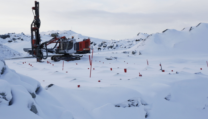 KLAR FOR NESTE SALVE: Riggen har boret opp hullene til neste salve. En normal salve i bruddet er på 10 tonn sprengstoff som løsner 15.000 til 18.000 fm3. Foto: Klaus Eriksen