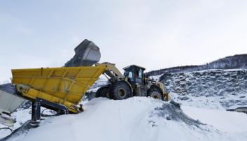 HJULLASTER: Produksjonen på øvre nivå i bruddet mates av hjullaster som henter steinen. Foto: Klaus Eriksen