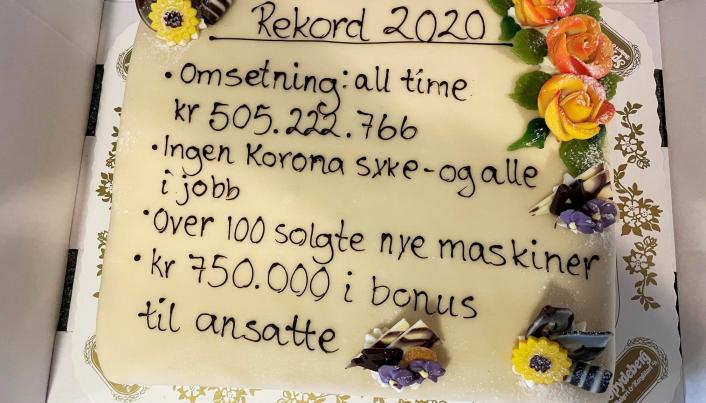 KAKE: Det ble kake og belønning på de ansatte i Fredheim Maskin etter at regnskapet for 2020 var avsluttet. Foto: Fredheim Maskiin