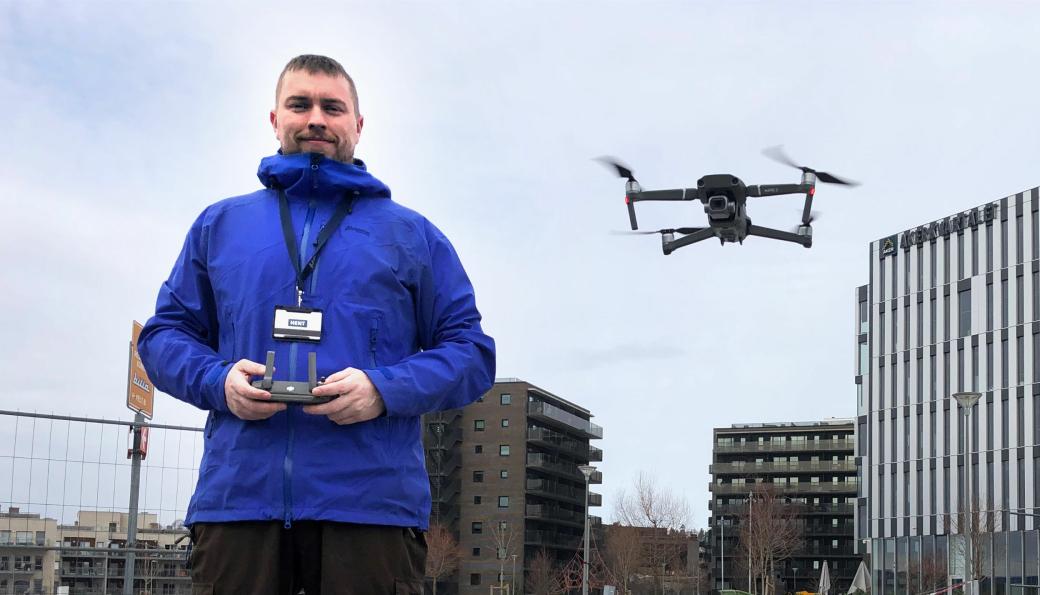 Niklas Gisle med et viktig BIM-verktøy; dronen.