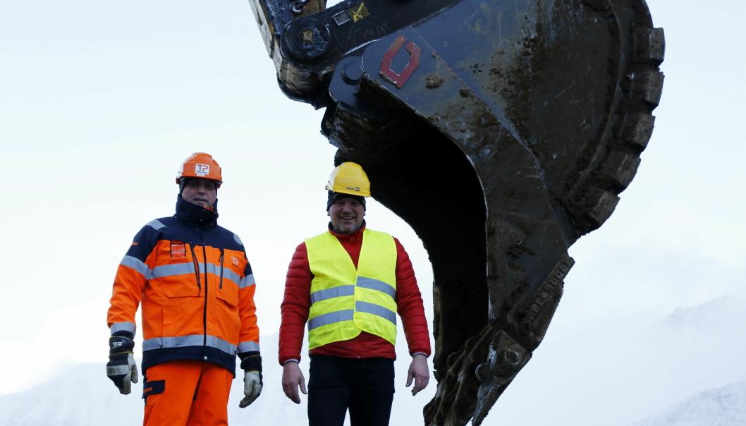 TESTER: Trond Pettersen (t.v.) og hans TP Maskin tester en ny Gjerstad-skuffe som er utviklet på bestilling. Her sammen med Stig Kjetil Haugsvær i Gjerstad Products. Foto: Klaus Eriksen
