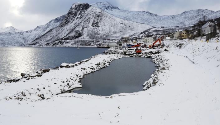DRENERES: Havnebassenget skal dreneres og det skal graves ut ca. 60.000 m3. Deretter skal det fylles stein i sjøen det det på det dypeste er 43 meter dypt for å bygge to moloer. Foto: Klaus Eriksen