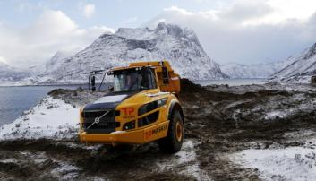 FØRSTE ARBEIDSDAG: Denne Volvo A35G-dumperen hadde sin første arbeidsdag da A&T var på besøk. Foto: Klaus Eriksen