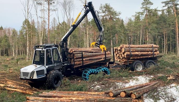 KAPASITET:Med tilhenger har 560F lastekapasitet på 9 tonn.
