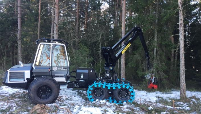 FELLING: Hogstmaskinen 560H klar til legge nok ei buske i bakken.