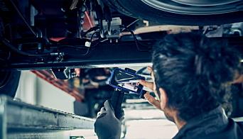 VIDEO: Ved hjelp av videosnutter gir Ford mekanikeren en oversikt over nødvendige reparasjoner til kunden.