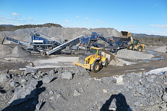 100 tonns Jonsson-kjempe knuser ned vrakstein i Larvik