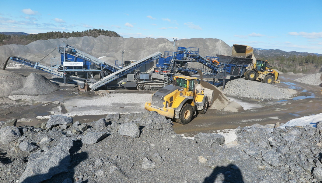 PRODUKSJONEN: Jonsson-kjempen L6800 er godt plassert øverst i Larvik Granite-bruddet i Tvedalen og bearbeider vrakstein til kvalitetsmasser. Hjullasterne går kontinuerlig i mating og lagring av ferdigprodukter. Foto: Bjørn E. Eriksen