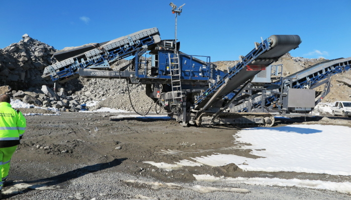 GROVT MATERIALE: Porsgrunn-entreprenøren har anskaffet to LS1632 siktestasjoner for sikting av grovt materiale. Foto: Bjørn E. Eriksen