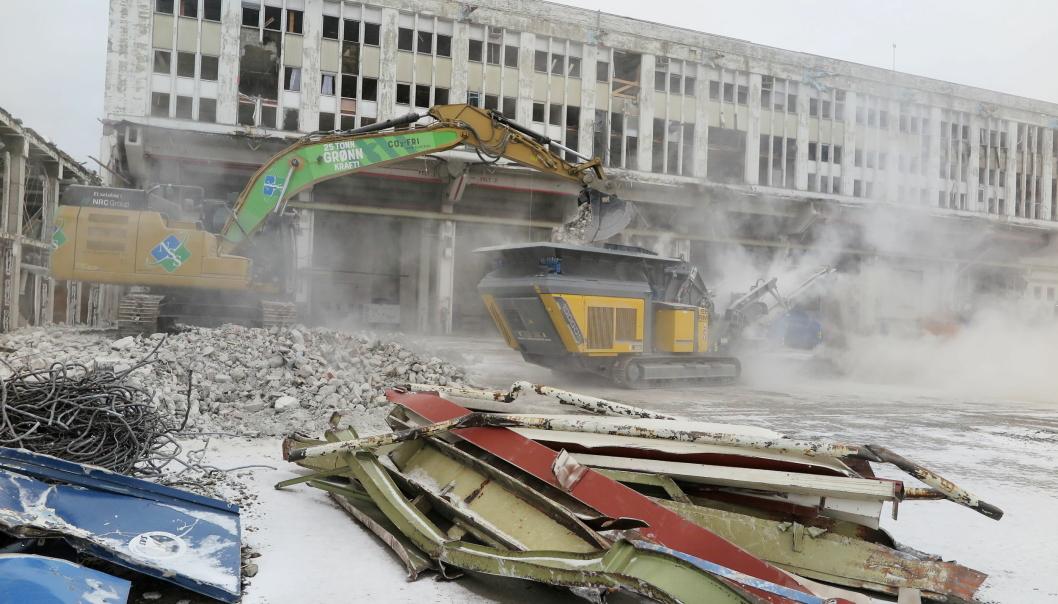 HYBRID: Ny Rubblemaster hybridknuser mates av «25-tonn grønn kraft-maskinen». Prosessen styres fra hytta av maskinfører Johnny Hogstad. Foto: Bjørn E. Eriksen