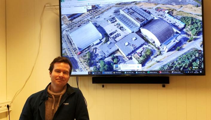 OVERSIKT: Prosjektleder Torstein Viko presenterer på skjermen hele området med bygg som skal fjernes før Skanska kan gå i gang med grunnarbeidet for kommende K4 Fornebu Endestasjon. Foto: Bjørn E. Eriksen