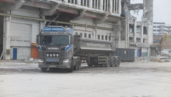 TRANSPORT: Norsk Saneringsservice tar seg selv av transporten av materiale som skal til deponier eller spesialbehandling. Foto: Bjørn E. Eriksen