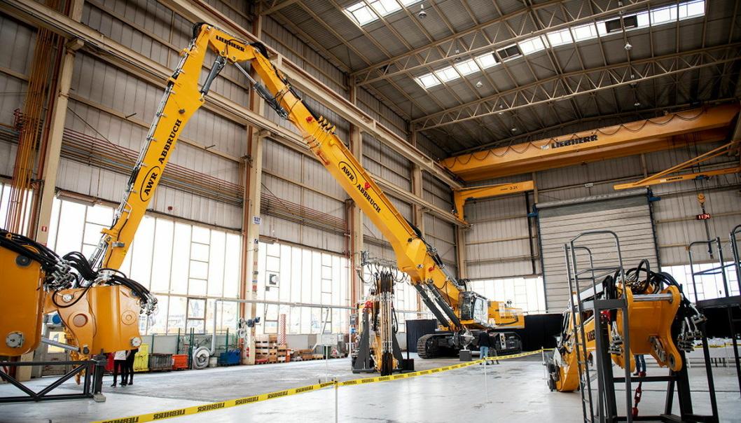PÅ FABRIKKEN: Nye Liebherr R980 er selskapets hittil største demoleringsmaskin, her klar for levering. Vekten er på 190 tonn og rekkevidde i høyden 55 meter. Foto: Liebherr
