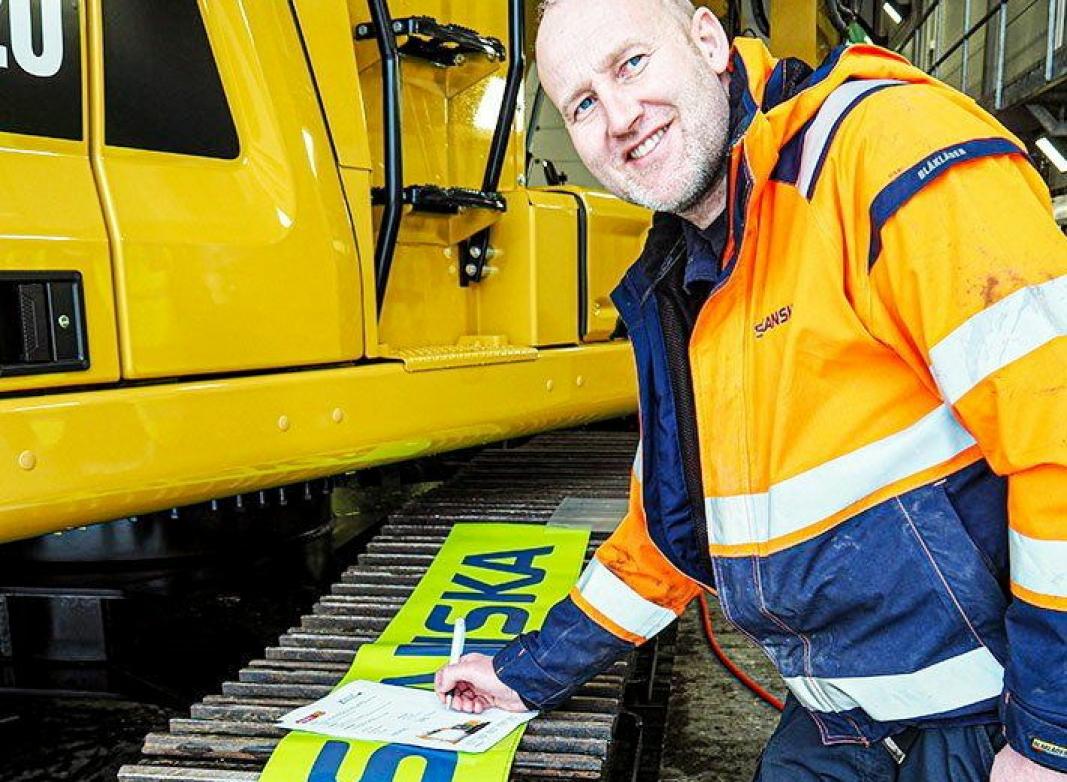 SIGNERTE: Runar Rostad i Skanska skrev under på leie av en 320 Z-line med Z Rent. Maskinen skal i drift på Fornebu. Foto: Pon