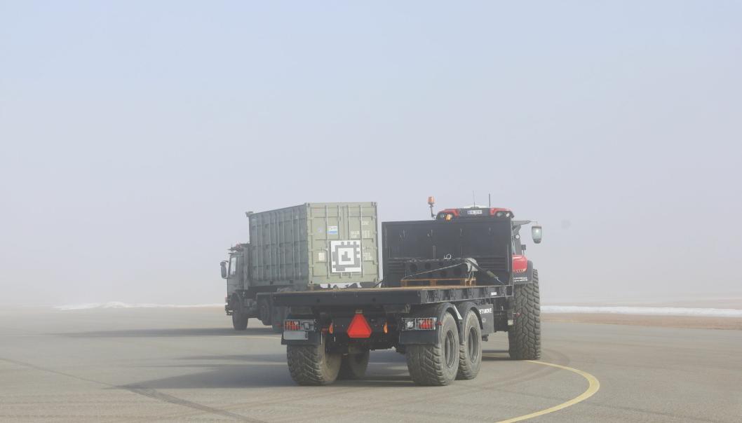 FØLGER: Ved hjelp av kamera og QR-kode følger traktoren nøyaktig etter lastebilen.