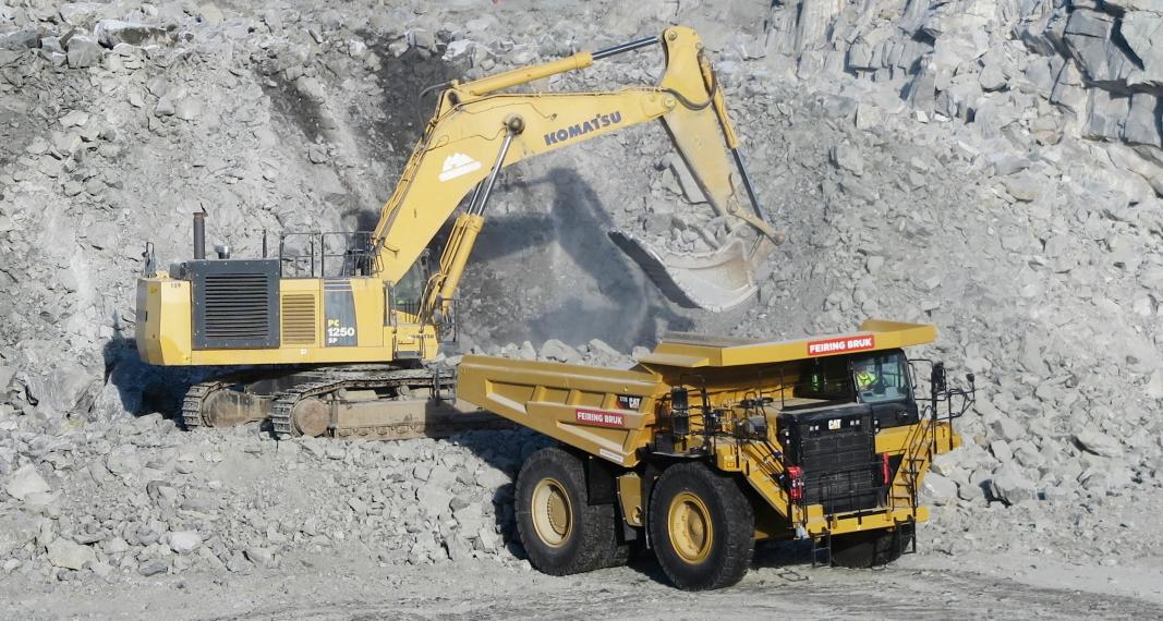LASTING: Med ni skuffer fra Komatsu-graveren i bruddet er Cat-trucken klar for retur og tømming i knuseren.