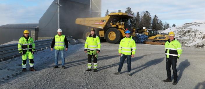 MANNSTERKE: Et solid team fra Pon Equipment har fulgt opp overleveringen. Fra v.: Lars Fremming (instruktør), Kjetil Tørseth (verkstedleder Feiring), Helge Mallaugstredet (mekaniker) og Per Olav Listou (Key Account Manager, Pon) sammen med Feirings fagsjef maskin - Roar Aaserud.