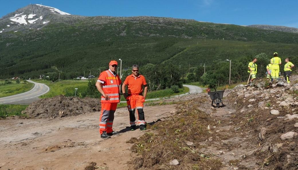 Prosjektleder Reidar Johansen og byggeleder Jonny Gullholm på befaring på Haugbakken i Tjeldsund kommune i 2020, ved en arkeologisk utgraving forbindelse med veiprosjektet E10 Hålogalandsveien.