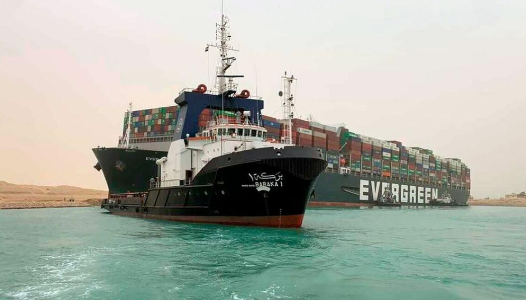 Graving, dytting og tauing har så langt ikke ført til nevneverdige resultater i forsøkene på å få Evergreens containerskip Ever Given løs i Suezkanalen.