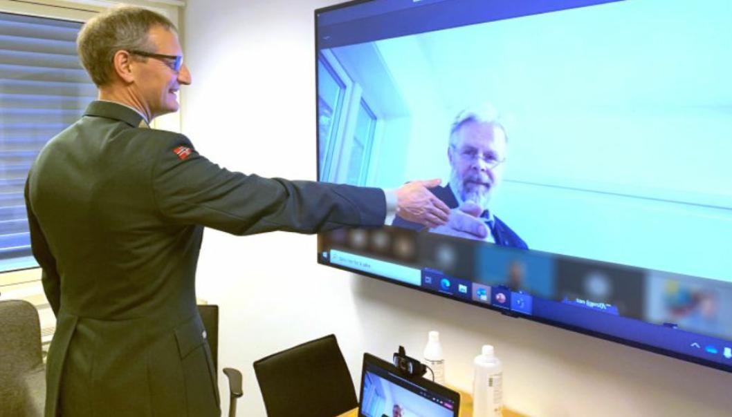 Sjef for Forsvarsmateriell landkapasiteter, brigader Øyvind J. Kvalvik, gir et digitalt håndtrykk til administrerende direktør i Norsk Scania AS, Frode Neteland.