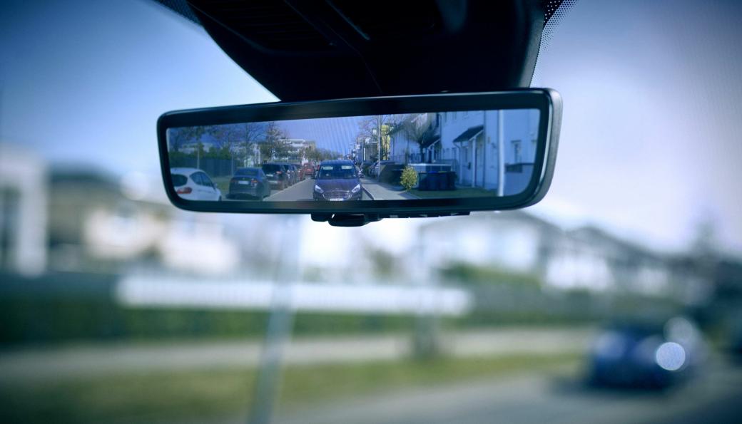 Skjermen på «Full Display interior mirror» er utformet som et bakspeil og viser i realtid det et kamera som er plassert bak på varebilen fanger opp.
