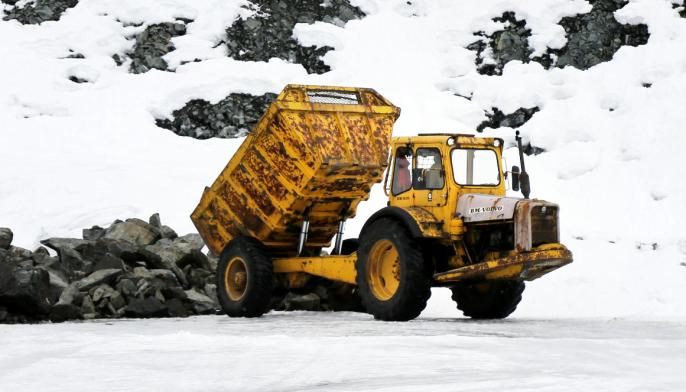 10 TONN: Volvos første rammestyrte dumper hadde nyttelast på 10 tonn. Her dumper Lian et lass i et pukkverk i Rødberg.