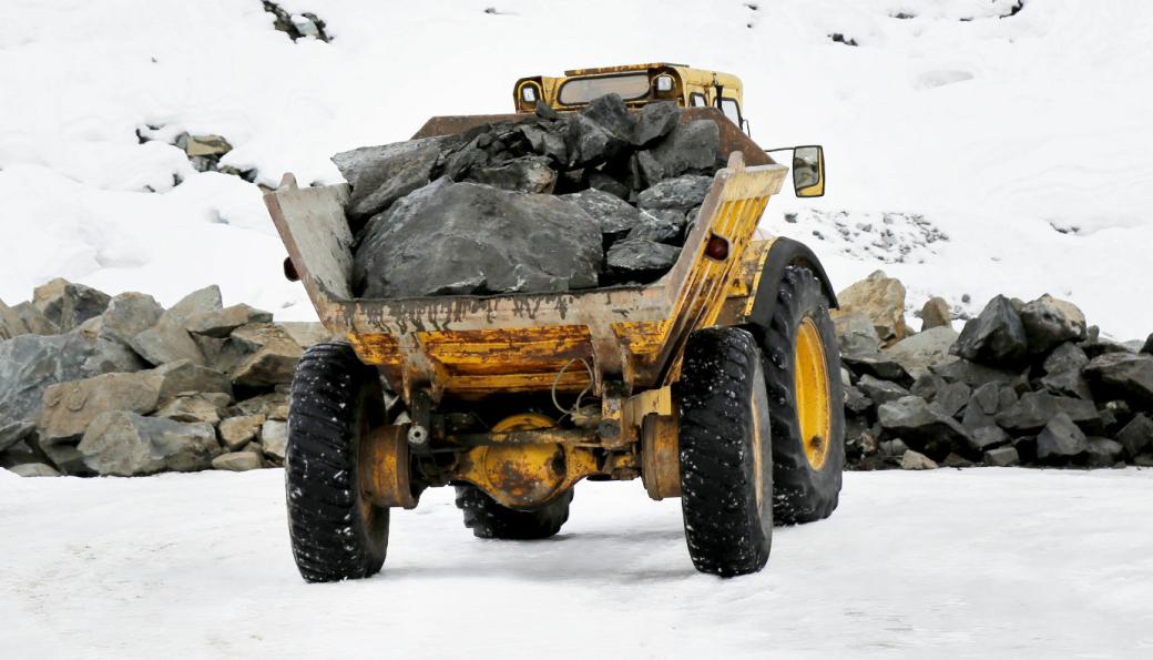 STILL GOING STRONG: Den 55 år gamle maskinen med stein i dumperkassen er fortsatt i drift!