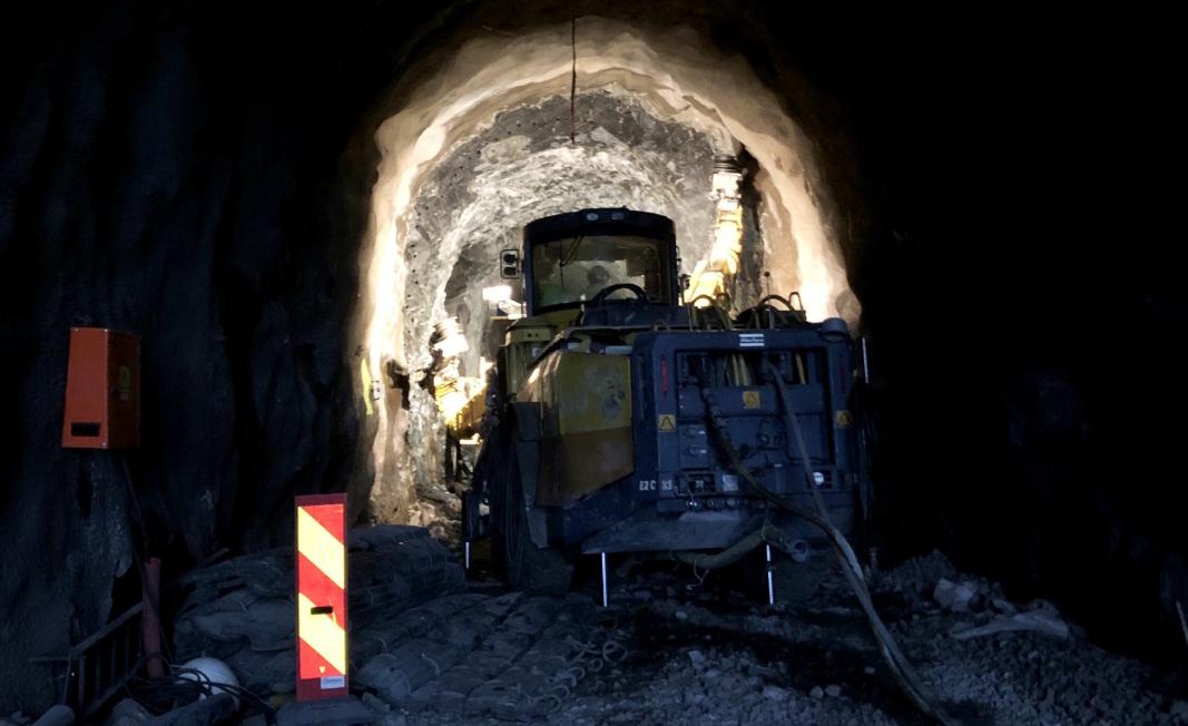 STROSSES UT: Deler av løpet i den gamle Ulriken-tunnelen skal utvides, og da trengs det rigg og kraftig utstyr. Foto: Banenor