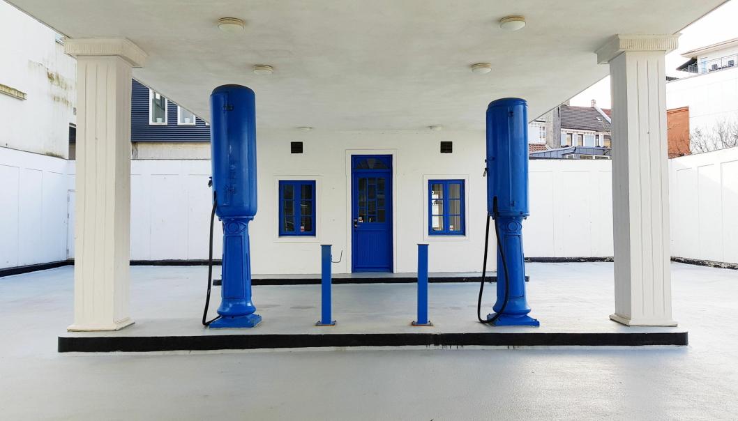 SOM ORIGINALEN: Stasjonen er ført tilbake til den opprinnelige utformingen fra 1920-tallet. To originale pumper, tilsvarende dem som sto der på 1920-tallet, ble satt opp under restaureringsarbeidene. Den ene av dem er koblet til bensintanken, slik at det faktisk er mulig å fylle bensin ved stasjonen.