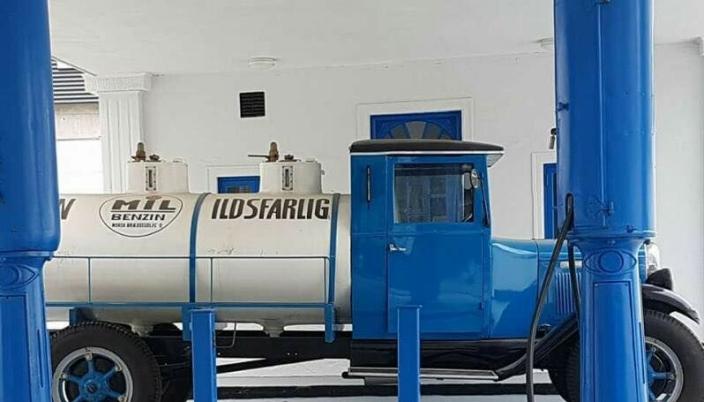 TANKBIL: Flere gjenstander, inkludert flere kjøretøyer, er restaurert i og ved den gamle bensinstasjonen.