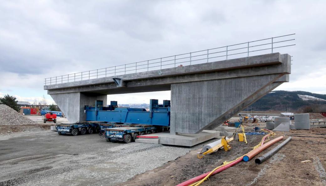 Jernbanebrua veier 1200 tonn og er 41 meter lang, åtte meter høy og 13 meter bred.