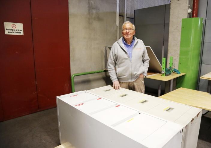 ARKIVET: - Jeg er glad for at disse gamle arkivskapene ikke er kastet, sier Per Arnesen og har mye å bla i her om han vil mimre. Foto: Klaus Eriksen