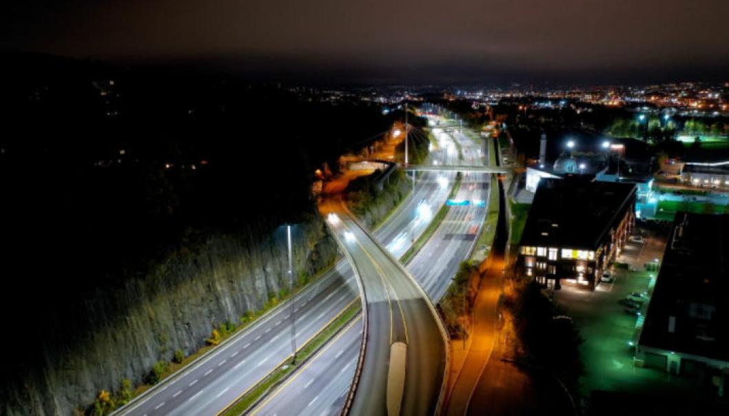 Flere titalls tusen lyspærer inngår i veilyskontrakten for Oslo-området. Mesta AS skal sørge for at de lyser, som her på E6 på Furuset.