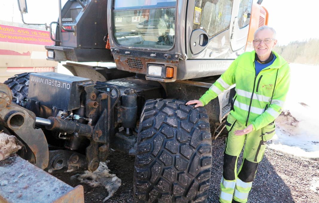 EGENSKAPER: - Med singelmonterte Nokian Ground Kare vinterdekk har Hitachi-graveren fått helt andre kjøreegenskaper enn tidligere, sier Roy Ove Larsen.