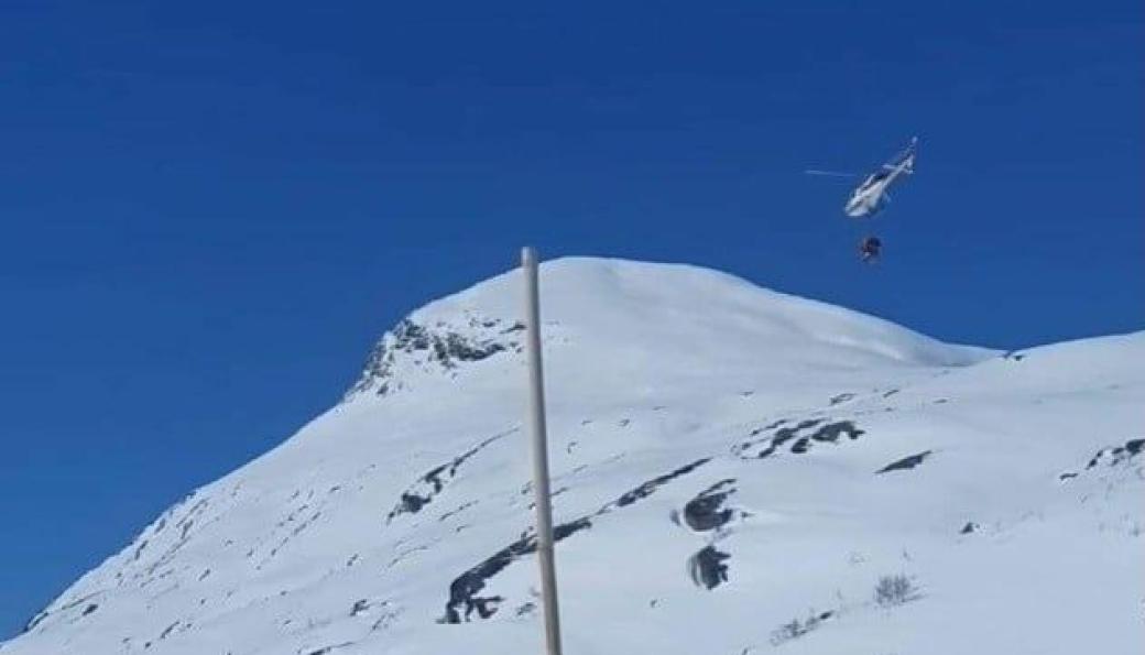 Helikopter på vei for å kalke Stavbrekkfonna.