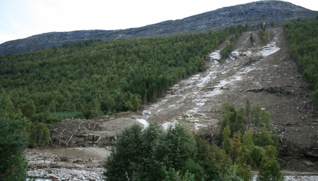 Skred er en av geofarene som skal overvåkes i prosjektet Invison. Bildet viser jordskred i Romsdalen i 2011.