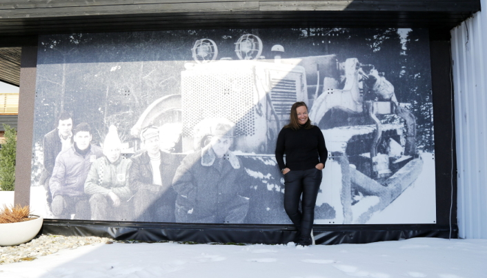 DOZEREN: Entreprenøren skaffet Gudbrandsdalens første dozer for over 70 år siden, og daglig leder Ann-Kathrin Storhaug von Rappe glemmer ikke sine forfedre. Foto: Klaus Eriksen