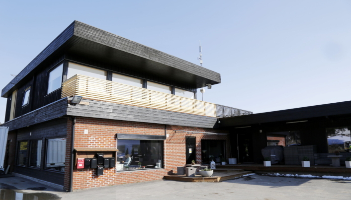 KONTOR OG HUS: Kontorer i 1. etg, verksted i underetasjen og leilighet på toppen av hovedbasen til Lesja Bulldozerlag AS. Foto: Klaus Eriksen