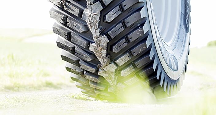 FORBEDRINGER: De nye dekkene med 52 mønsterblokker gir ifølge Michelin traktoren bedre grep på veien og i terrenget. Foto: Michelin